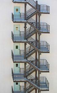 Auf dem Bild ist der Fluchtweg eines Hauses zu sehen.