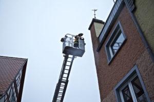 Auf dem Foto ist eine Steigleiter der Feuerwehr zu sehen. Im Fluchtplan müssen viele Aspekte berücksichtigt werden, beispielsweise die Einhaltung der Fluchtwegbreite.