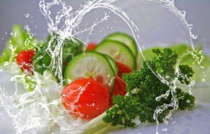 Sie sehen frisches Gemüse auf dem Bild. Das sollte zum Hauptbestandteil der Ernährung bei einer Gesundheitsförderung werden.