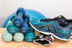 Auf dem Bild sind Artikel zu sehen, die man im Rahmen des Gesundheitsmanagements zum Sport benutzen kann.