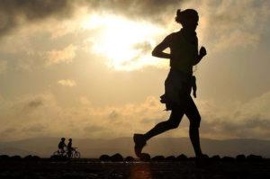 Das Bild zeigt eine weibliche Person beim Sport. Bewegung ist elementar wichtig, um körperlich fit zu bleiben und seine Arbeitskraft lange zu erhalten. Deshalb ist Bewegung auch ein Aspekt des betrieblichen Gesundheitsmangements, kurz bgm.