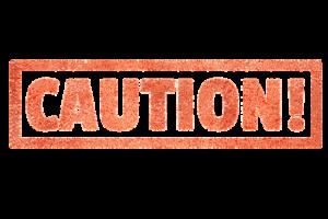 Das Bild zeigt das Wort Vorsicht auf Englisch. Vorsicht ist beispielsweise geboten, wenn GHS Piktogramme auf ein Produkt abgedruckt sind.