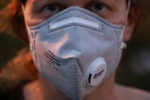 Auf dem Bild ist eine Atemschutzmaske zu sehen. Im Rahmen des Arbeitsschutzes ist es unter Umständen erforderlich, dass eine Maske während der Arbeitszeit getragen wird.