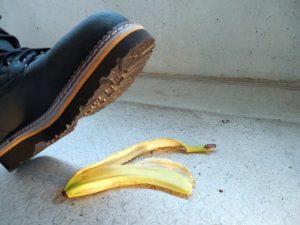 Vorsicht, Ausrutschgefahr auf Banane, Gefahr gilt auch im Homeoffice.