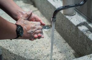 Man sieht jemanden auf dem Bild Händewaschen. Diese Maßnahme ist insbesondere seit der Corona-Virus-Krise von hoher Bedeutung. Als Arbeitgeber sollte man in Bezug auf den Arbeitsschutz deshalb die Mitarbeiter verstärkt darauf hinweisen.