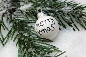 Zu Weihnachten gehört auch häufig ein Tannenbaum mit Weihnachtskugeln.