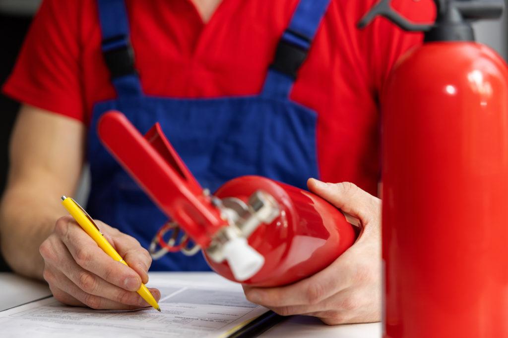 Die regelmäßige Überprüfung der Löschmittel ist ein wichtiger Bestandteil im Arbeitsschutz